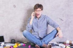 Άτομο που κραυγάζει στο τηλέφωνο Στοκ Εικόνες