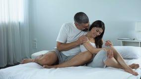 Άτομο που κτυπά ήπια τους ώμους της συνεδρίασης αγαπημένης, ομιλίας ζευγών του στο κρεβάτι απόθεμα βίντεο