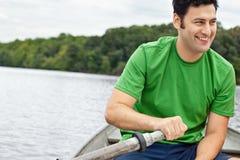 Άτομο που κωπηλατεί μια βάρκα Στοκ Εικόνες