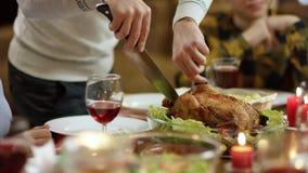 Άτομο που κόβει ένα κοτόπουλο στον πίνακα Χριστουγέννων από το aplause απόθεμα βίντεο