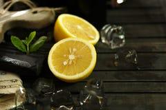 Άτομο που κόβει τα λεμόνια Στοκ Εικόνα