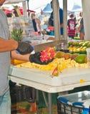 Άτομο που κόβει τα τροπικά φρούτα Στοκ Εικόνες
