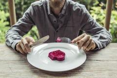 Άτομο που κόβει την καρδιά στο πιάτο Στοκ εικόνες με δικαίωμα ελεύθερης χρήσης