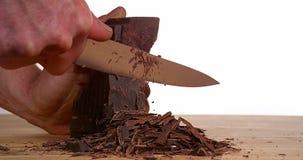 Άτομο που κόβει τη μαύρη σοκολάτα με το μαχαίρι, απόθεμα βίντεο