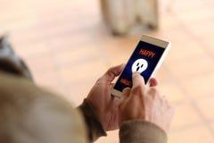 Άτομο που λαμβάνει μια ψηφιακή κάρτα αποκριές Στοκ Εικόνες