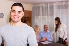 Άτομο που μένει κοντά στα οικογενειακά μέλη Στοκ φωτογραφίες με δικαίωμα ελεύθερης χρήσης
