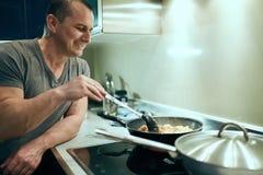 Άτομο που μαγειρεύει στο σπίτι μόνο Στοκ φωτογραφίες με δικαίωμα ελεύθερης χρήσης