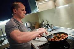 Άτομο που μαγειρεύει στο σπίτι μόνο Στοκ φωτογραφία με δικαίωμα ελεύθερης χρήσης