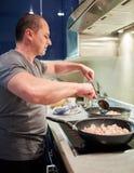 Άτομο που μαγειρεύει στο σπίτι μόνο Στοκ εικόνα με δικαίωμα ελεύθερης χρήσης
