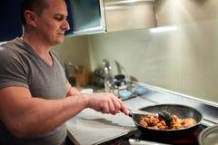 Άτομο που μαγειρεύει στο σπίτι μόνο Στοκ Εικόνες