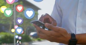 Άτομο που μεγεθύνει το τηλέφωνό του με τα εικονίδια 4k καρδιών διανυσματική απεικόνιση