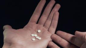 Άτομο που μετρά τα μικρά χάπια διαθέσιμα και που παίρνει τον πολύ μεγάλο πυροβολισμό POV χαπιών κοντά επάνω απόθεμα βίντεο