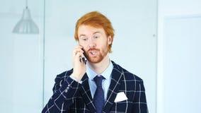Άτομο που μιλά σε Smartphone, κάθισμα στην αρχή Στοκ εικόνα με δικαίωμα ελεύθερης χρήσης