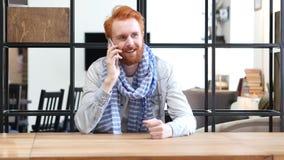 Άτομο που μιλά σε Smartphone, κάθισμα στην αρχή Στοκ Εικόνες