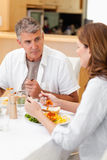 Άτομο που μιλά στη σύζυγο κατά τη διάρκεια του γεύματος Στοκ εικόνες με δικαίωμα ελεύθερης χρήσης