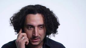 Άτομο που μιλά στο κινητό τηλέφωνο στο άσπρο κλίμα φιλμ μικρού μήκους