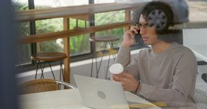 Άτομο που μιλά στο κινητό τηλέφωνο ενώ έχοντας τον καφέ 4k απόθεμα βίντεο