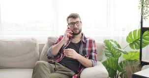 Άτομο που μιλά στο κινητό τηλέφωνο στο σπίτι φιλμ μικρού μήκους