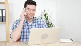 Άτομο που μιλά στο τηλέφωνο στο γραφείο του, επικοινωνία Στοκ Φωτογραφία
