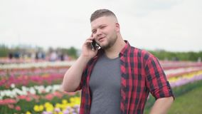 Άτομο που μιλά στο τηλέφωνο απόθεμα βίντεο