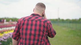 Άτομο που μιλά στο τηλέφωνο φιλμ μικρού μήκους