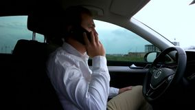 Άτομο που μιλά στο τηλέφωνο κυττάρων στο αυτοκίνητο απόθεμα βίντεο