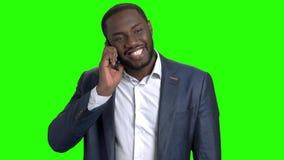 Άτομο που μιλά στο τηλέφωνο στην πράσινη οθόνη φιλμ μικρού μήκους