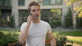 Άτομο που μιλά στο τηλέφωνο που χαμογελά και που λέει το αριθ. φιλμ μικρού μήκους