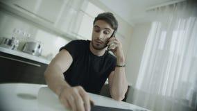 Άτομο που μιλά το κινητό τηλέφωνο στο σπίτι Ματαιωμένος επιχειρηματίας απόθεμα βίντεο