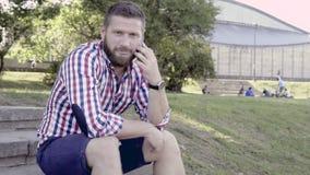Άτομο που μιλά από το smartphone, που εξετάζει τη κάμερα φιλμ μικρού μήκους