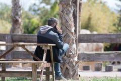 Άτομο που μιλά πέρα από το τηλέφωνο Στοκ εικόνα με δικαίωμα ελεύθερης χρήσης