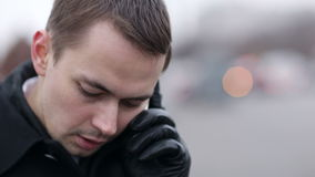 Άτομο που μιλά σε ένα κινητό τηλέφωνο το χειμώνα απόθεμα βίντεο