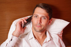 άτομο που μιλά σε ένα smartphone Στοκ εικόνα με δικαίωμα ελεύθερης χρήσης
