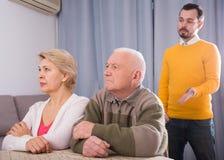 Άτομο που μιλά σοβαρά με την οικογένεια Στοκ εικόνα με δικαίωμα ελεύθερης χρήσης