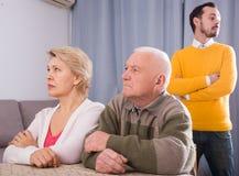 Άτομο που μιλά σοβαρά με την οικογένεια Στοκ φωτογραφία με δικαίωμα ελεύθερης χρήσης