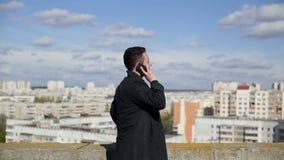 Άτομο που μιλά στο τηλέφωνο στη στέγη του σπιτιού φιλμ μικρού μήκους