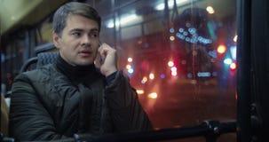 Άτομο που μιλά στο τηλέφωνο στο λεωφορείο απόθεμα βίντεο