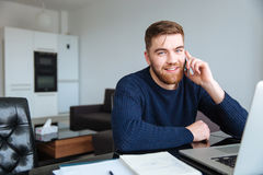 Άτομο που μιλά στο τηλέφωνο στο σπίτι Στοκ Εικόνες