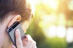 Άτομο που μιλά στο τηλέφωνο στοκ φωτογραφία με δικαίωμα ελεύθερης χρήσης