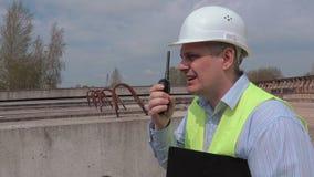 Άτομο που μιλά walky σε talky στο εργοτάξιο οικοδομής απόθεμα βίντεο