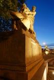 Άτομο που νικά το λιοντάρι Στοκ Εικόνα