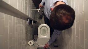 Άτομο που ξεπλένει την τουαλέτα φιλμ μικρού μήκους