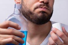 Άτομο που ξεπλένει το στόμα του με Mouthwash στοκ φωτογραφίες