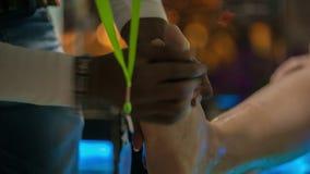 Άτομο που ξεφλουδίζει τα θηλυκά πόδια απόθεμα βίντεο