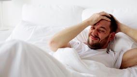 Άτομο που ξυπνά στο κρεβάτι στο σπίτι απόθεμα βίντεο