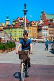 """Άτομο που οδηγά ένα ποδήλατο στη στήλη Sigismund στην πλατεία Ï""""Î¿Ï… Castle στην Ï στοκ φωτογραφίες με δικαίωμα ελεύθερης χρήσης"""