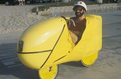 Άτομο που οδηγά το φουτουριστικό ποδήλατο Στοκ εικόνα με δικαίωμα ελεύθερης χρήσης