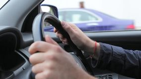 Άτομο που οδηγεί ένα αυτοκίνητο μέσω μιας πόλης φιλμ μικρού μήκους