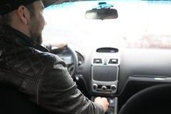 Άτομο που οδηγεί ένα αυτοκίνητο στη διαδικασία Στοκ εικόνα με δικαίωμα ελεύθερης χρήσης