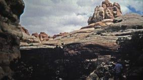 1971: Άτομο που οι στενοί σχηματισμοί βράχου ιχνών φαραγγιών απόθεμα βίντεο